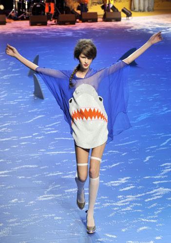 A-model-wears-a-shark-dre-008