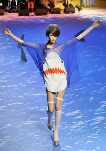 A-model-wears-a-shark-dre-008
